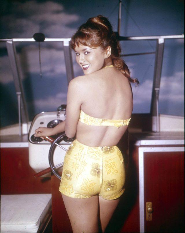 danielle-de-metz-bikini-sexy-bateau